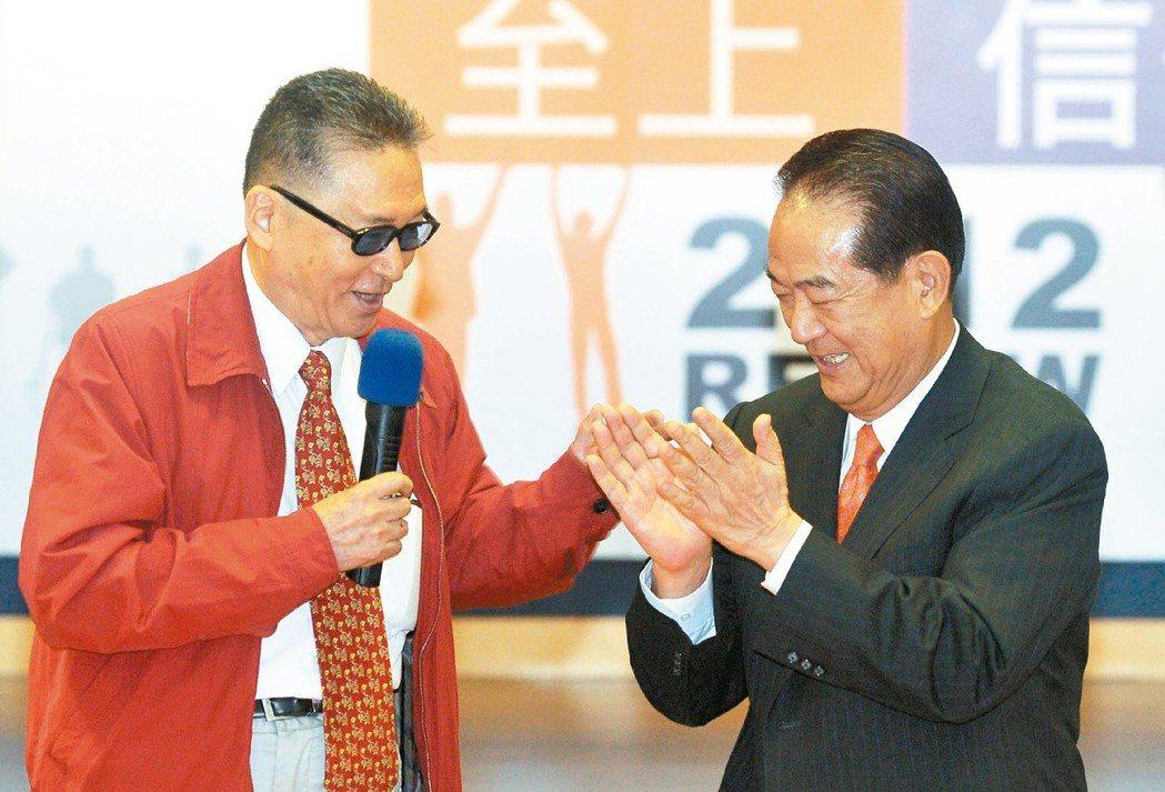 2000年大選李敖(左)代表新黨參選,但選前最後一天,新黨全委會召集人李慶華宣布...