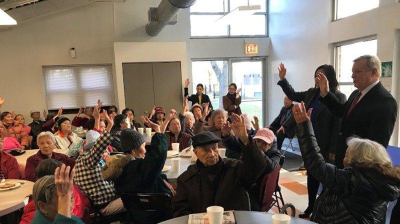 伊州參議員德賓(立者右一)在華埠詢問有多少耆老為入籍公民,並鼓勵大家踴躍投票表達...