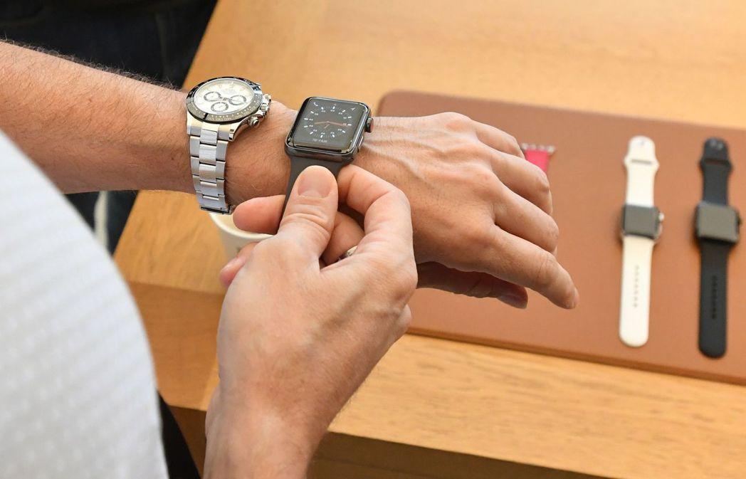 外媒報導,蘋果AppleWatch也針對Apple Watch手環設計充電裝置。