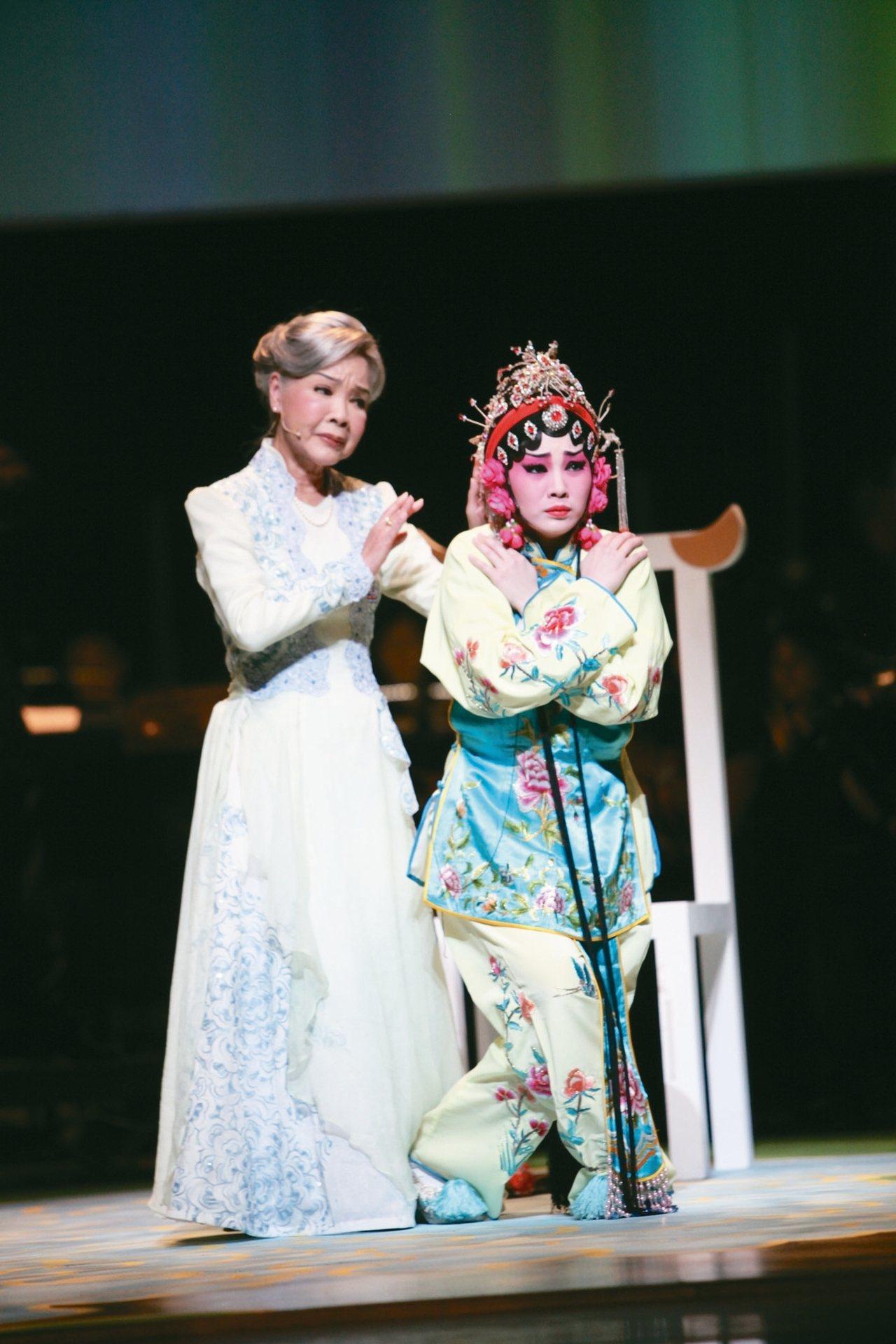 《凍水牡丹》,圖左為廖瓊枝,右為王台玲。 圖/傳統藝術中心提供