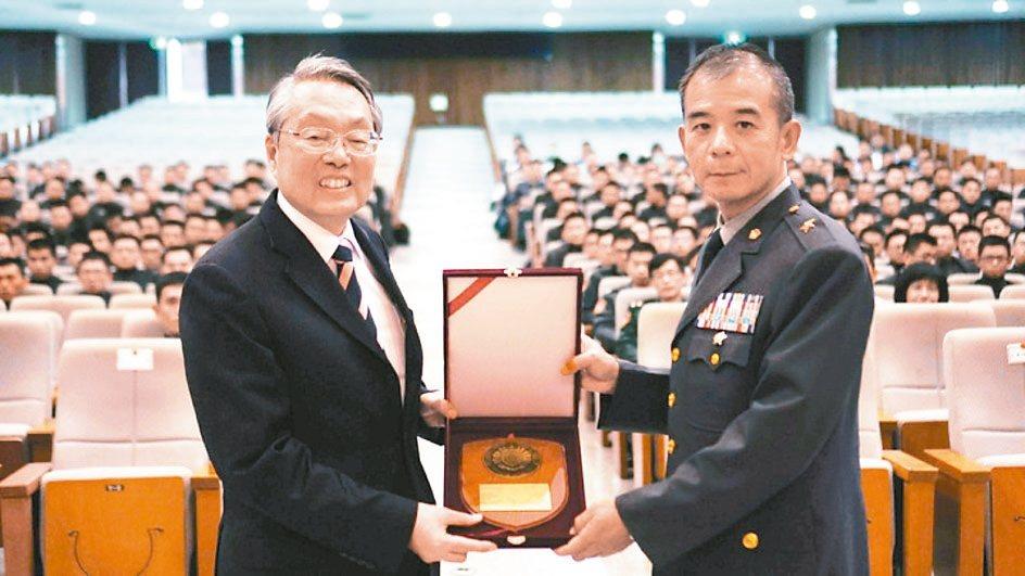 據傳總統府日前核定由陸軍官校前校長張捷(右)出任侍衛長。 陸軍官校/提供