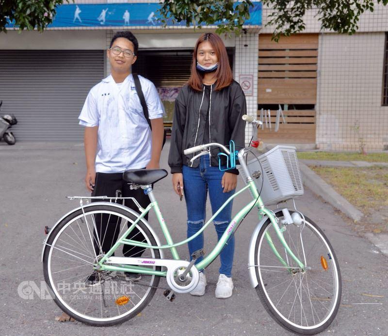 台東專科學校女學生陽筱嵐(右)遺失腳踏車,日前誤認高職部男學生吳育德(左)的車是...