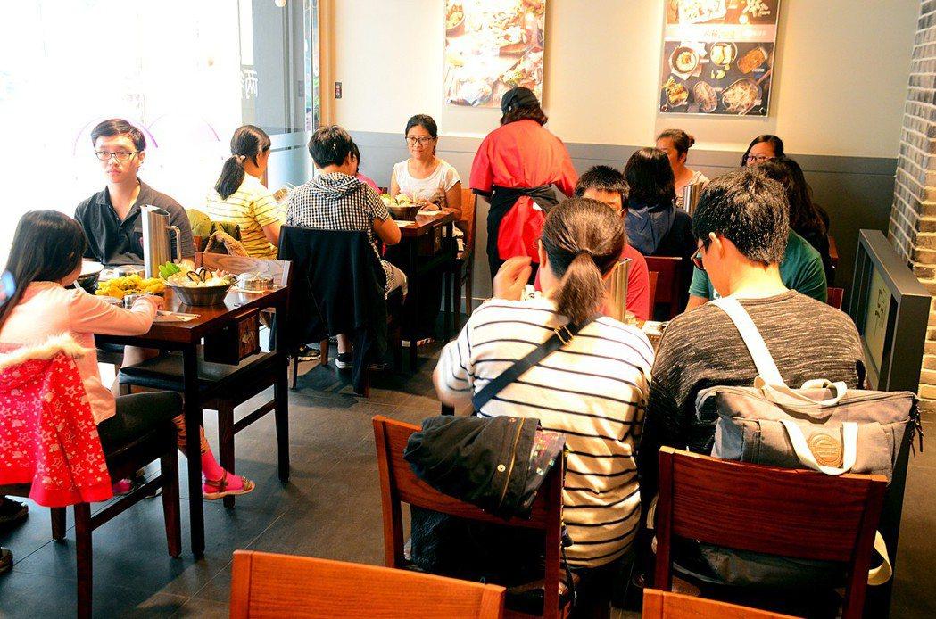 專營年糕火鍋的韓國餐廳「兩餐」日(2)前邀請南高雄家扶中心的扶助家庭前來免費享用...