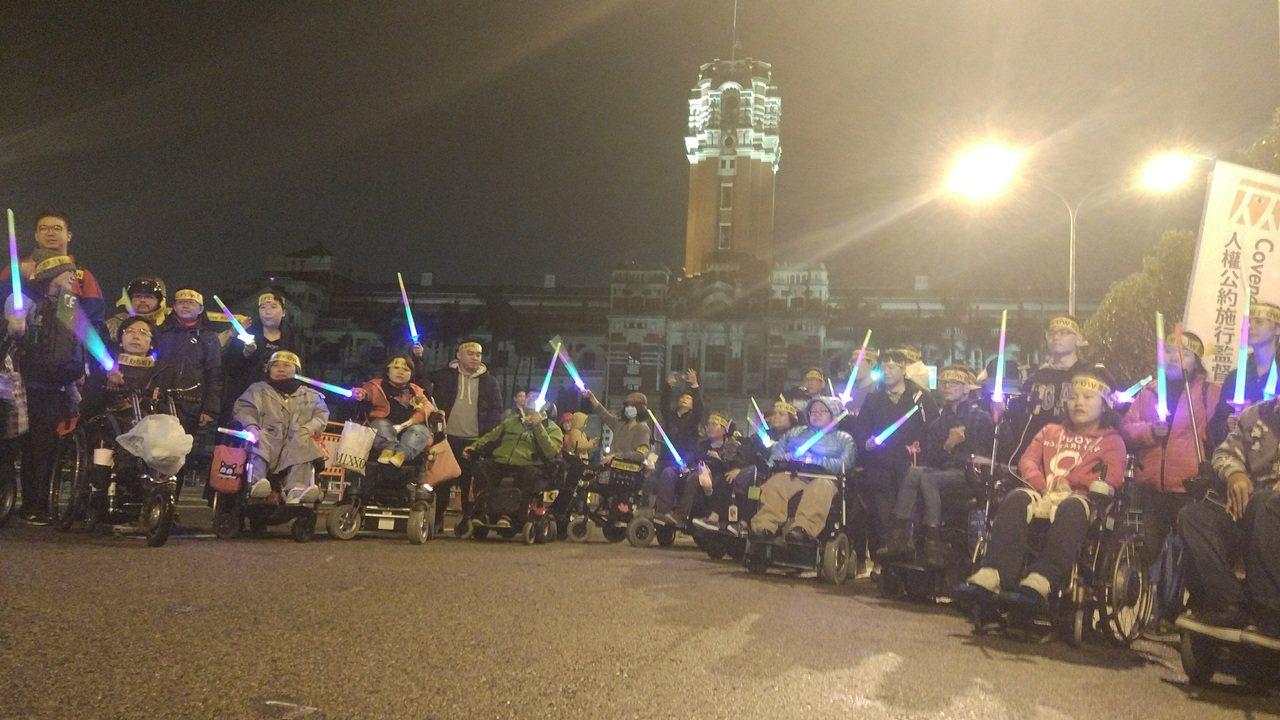 數個身心障礙團體在總統府前吶喊「我是人,我要人權」。記者林良齊/攝影
