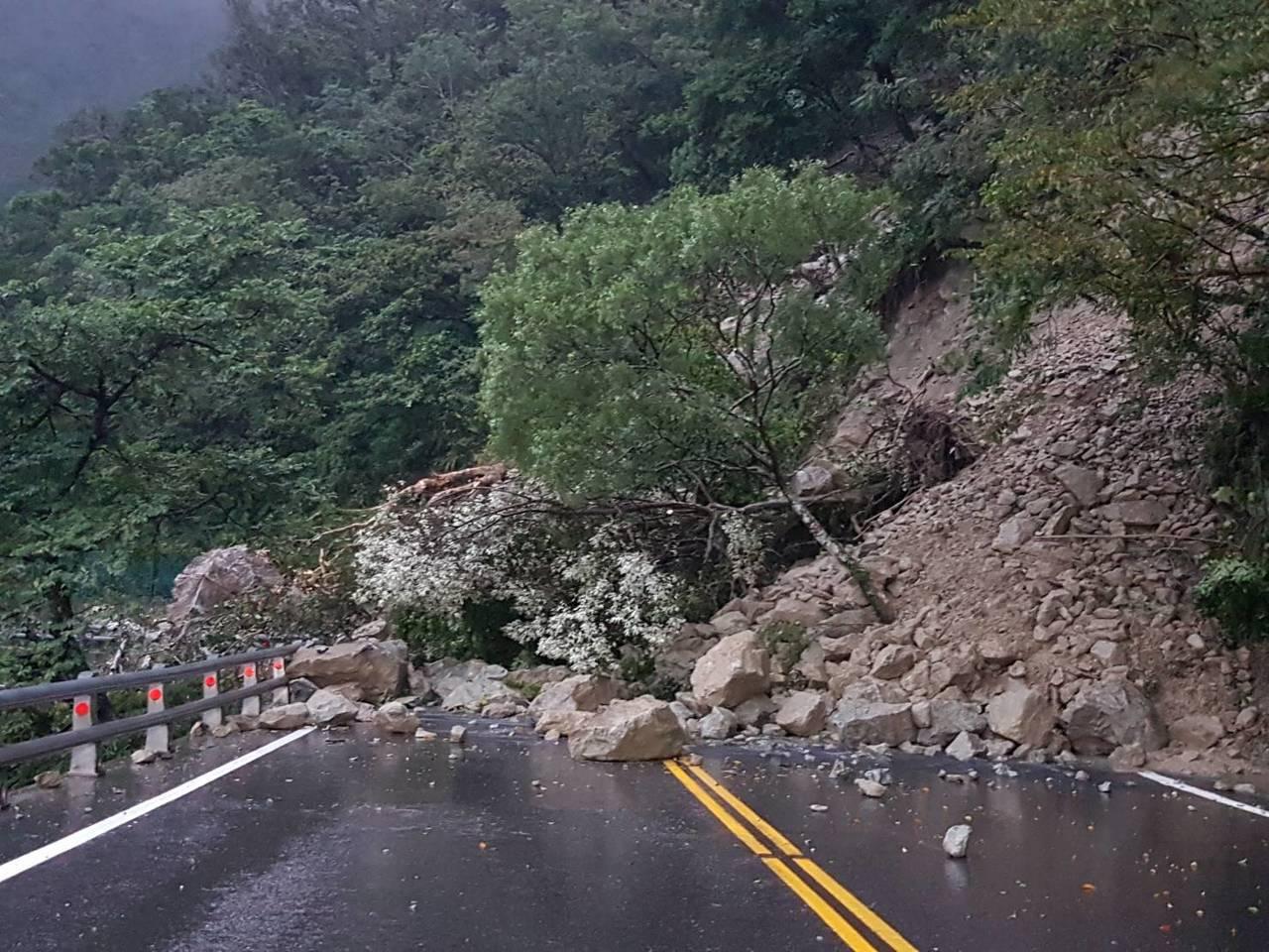 蘇花公路昨天因雨出現大面積坍方,蘇澳至東澳段交通阻斷。圖/公路總局提供