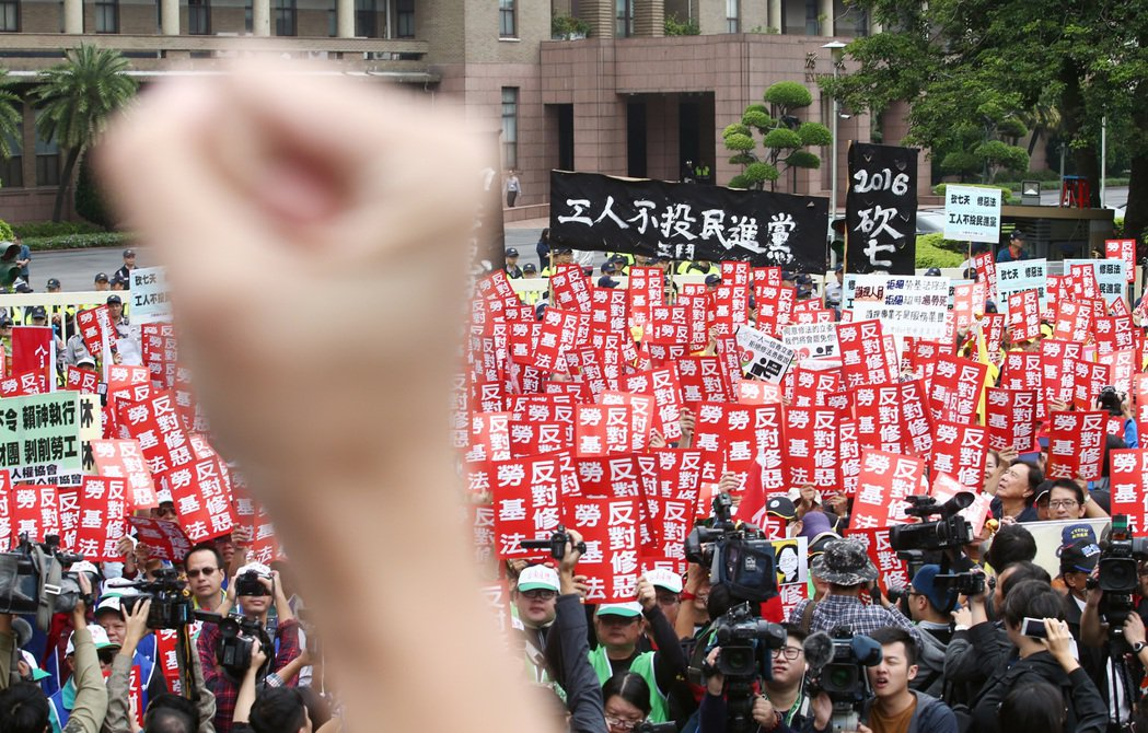 勞團日前號召各工會數百人集結在行政院前抗議,參與抗議的勞工除了高舉反對修法的標語...