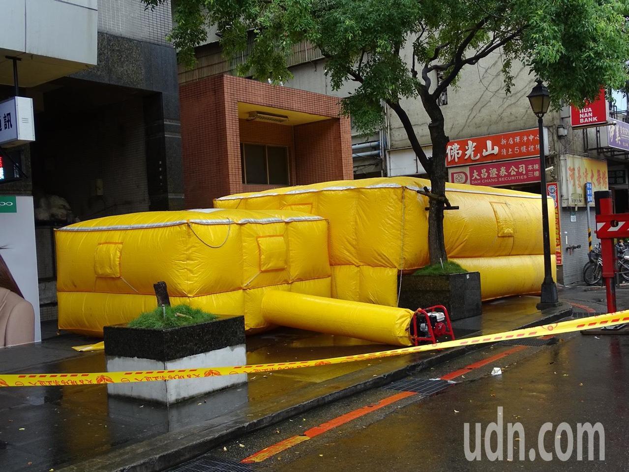 消防人員在樓下放置氣墊,預防男子跳下。記者江孟謙/攝影