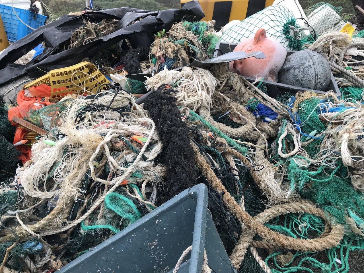 金山中角派出所後方小港礫石舉辦聯合淨灘,經兩個小時努力,共清出上千公斤垃圾,大型...