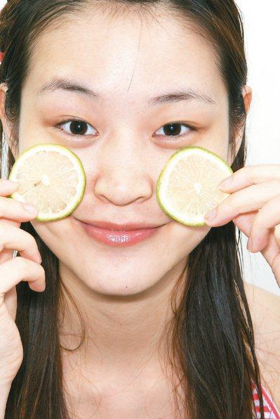醫師提醒,愛美的女性別隨便亂用蔬果敷臉,小心因為光敏感反應,反而變成V 大花臉...