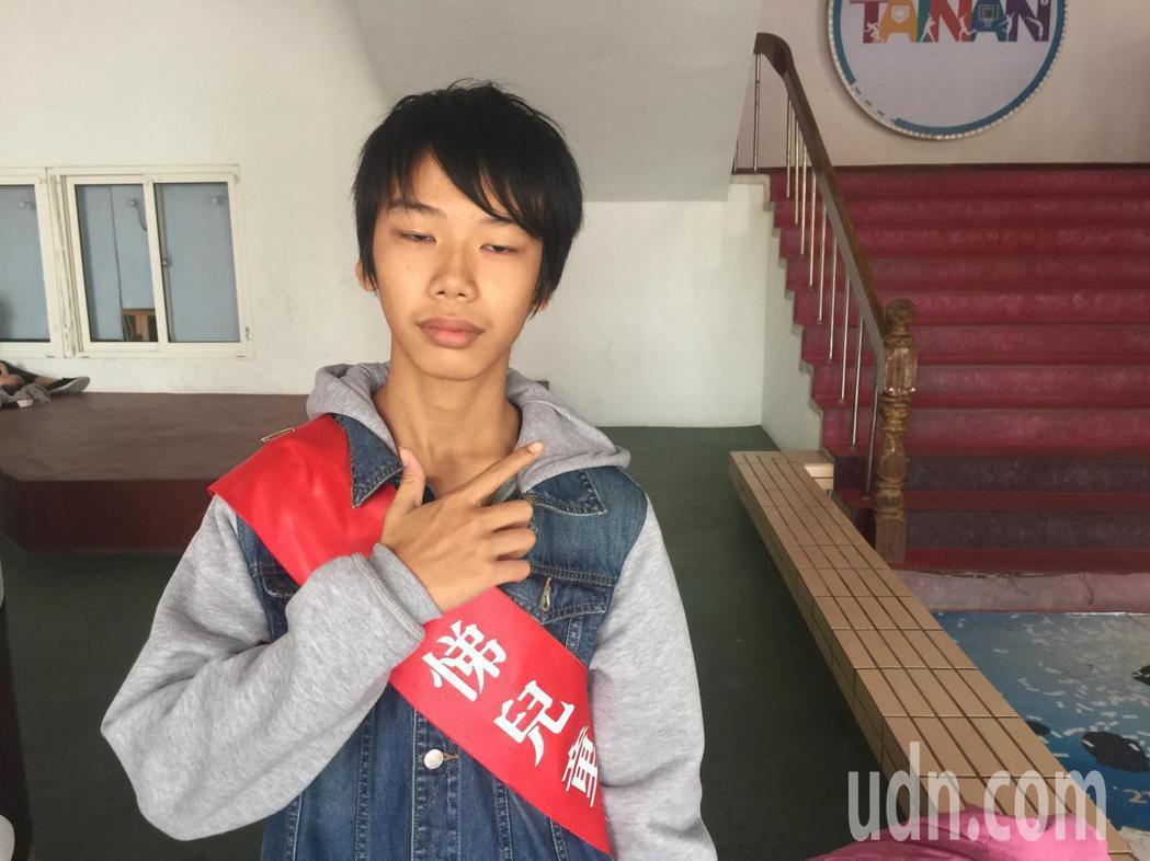 黃愛辜的母親是印尼籍新住民,他負起照顧有過動症與輕度智障弟弟的責任。記者吳政修/...