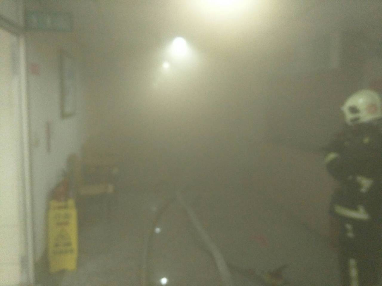 天主教聖馬爾定醫院民權院區,今天下午2時許地下室冒出濃煙,出動文化、東區等多個消...