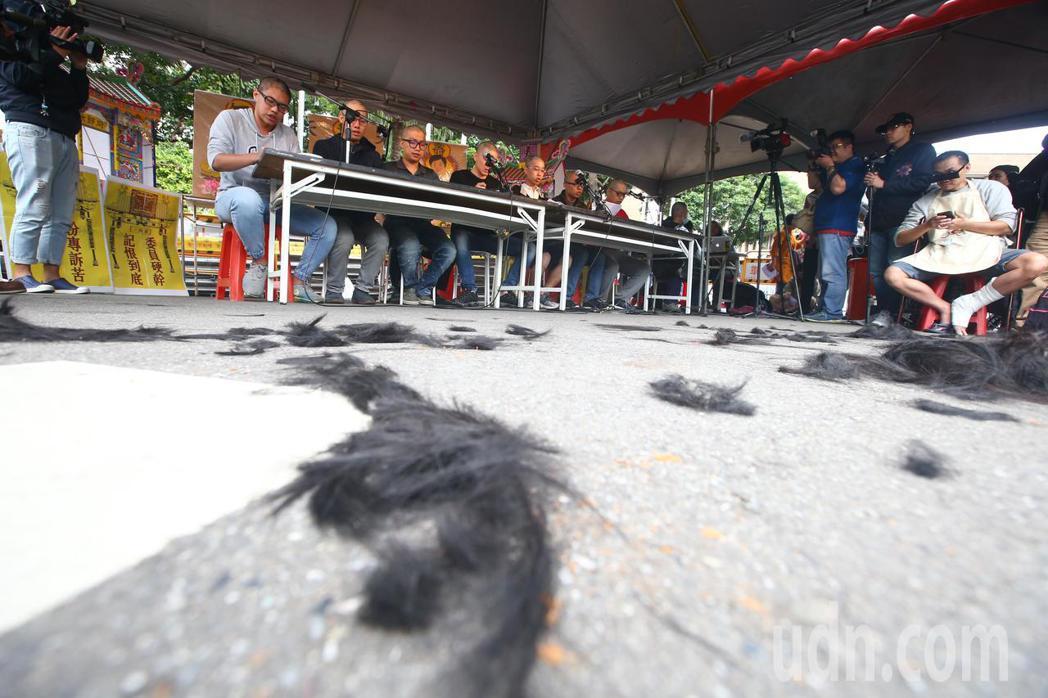 網友今天下午在行政院前舉辦「過勞大悲功德大法會-集誦勞基法經」活動,抗議一開始先...