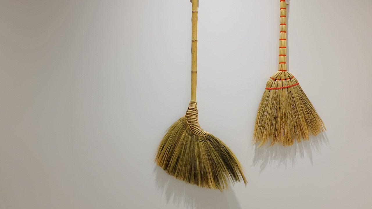 台灣天然草編掃帚,是許多人從小家裡就有的清掃物件。記者沈佩臻/攝影