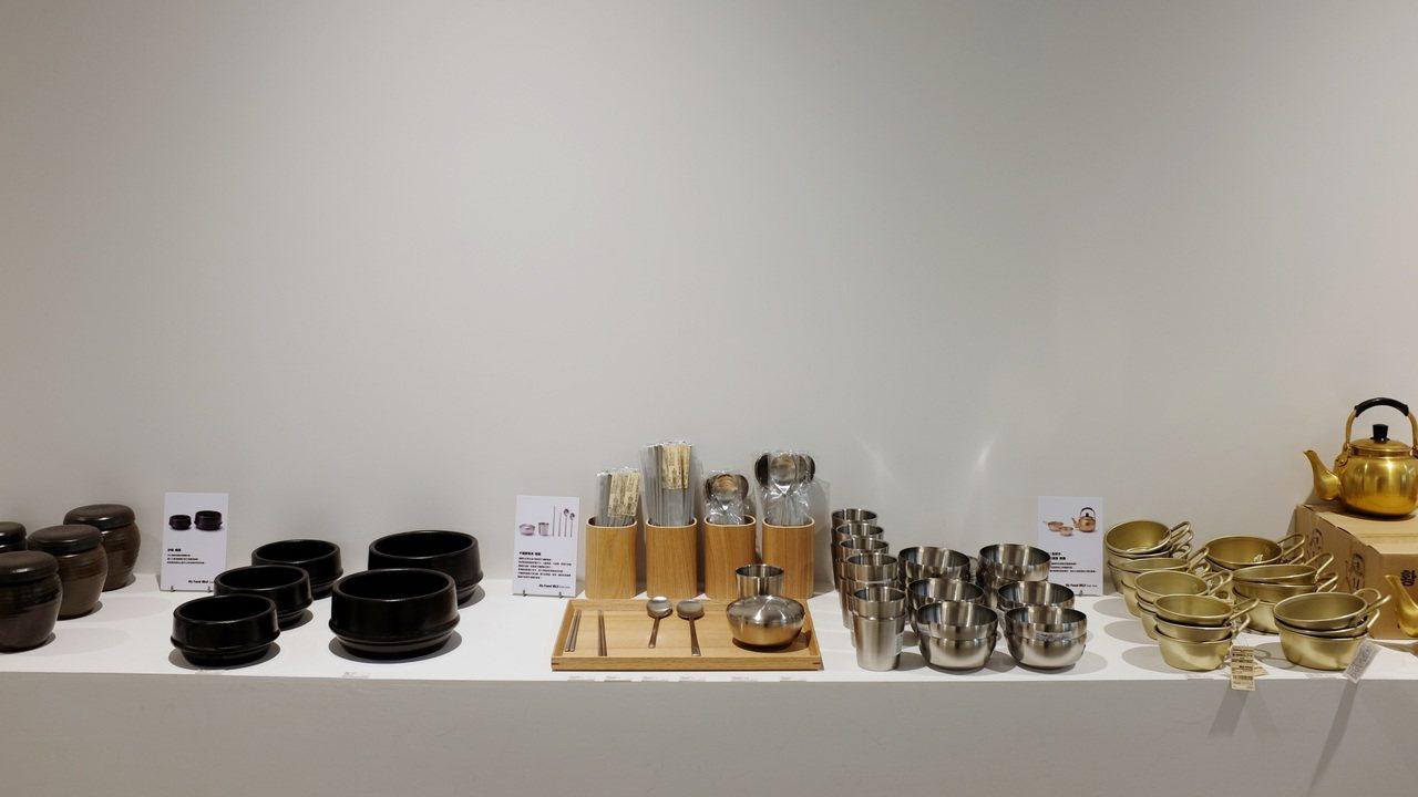 商品區的韓國不鏽鋼扁筷很受歡迎。記者沈佩臻/攝影
