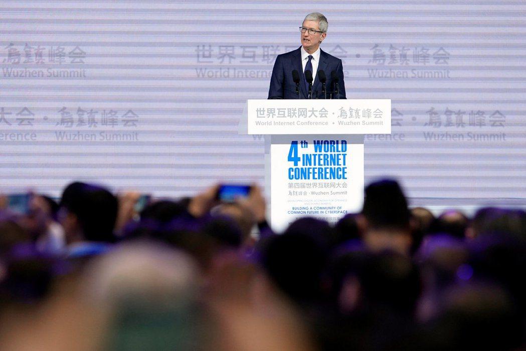 美國蘋果公司執行長庫克3日在大陸浙江省烏鎮舉行的「世界互聯網大會」開幕式發表談話...