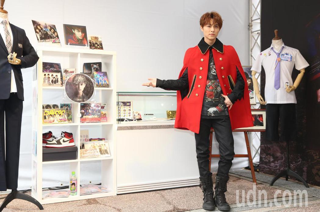 王子邱勝翊下午在台北西門町舉辦《Attention!》簽唱會,現場還有迷你展,蒐