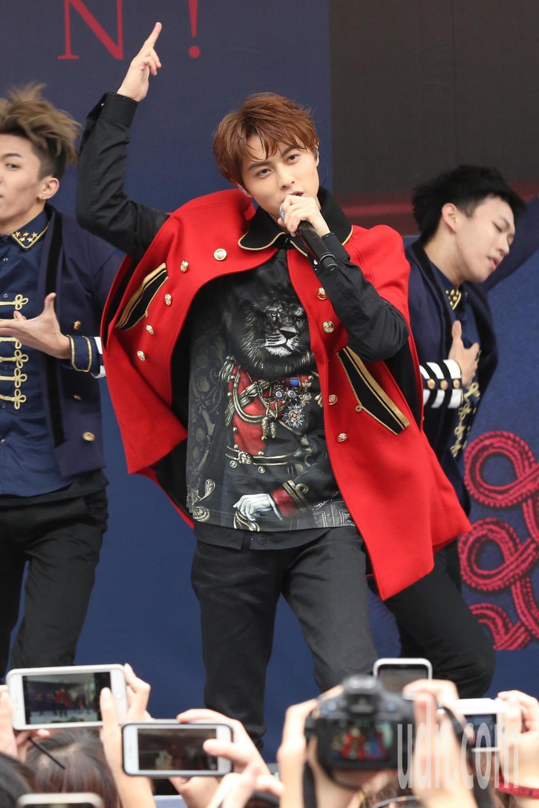 王子邱勝翊下午在台北西門町舉辦《Attention!》簽唱會,現場帶來最新唱跳歌...