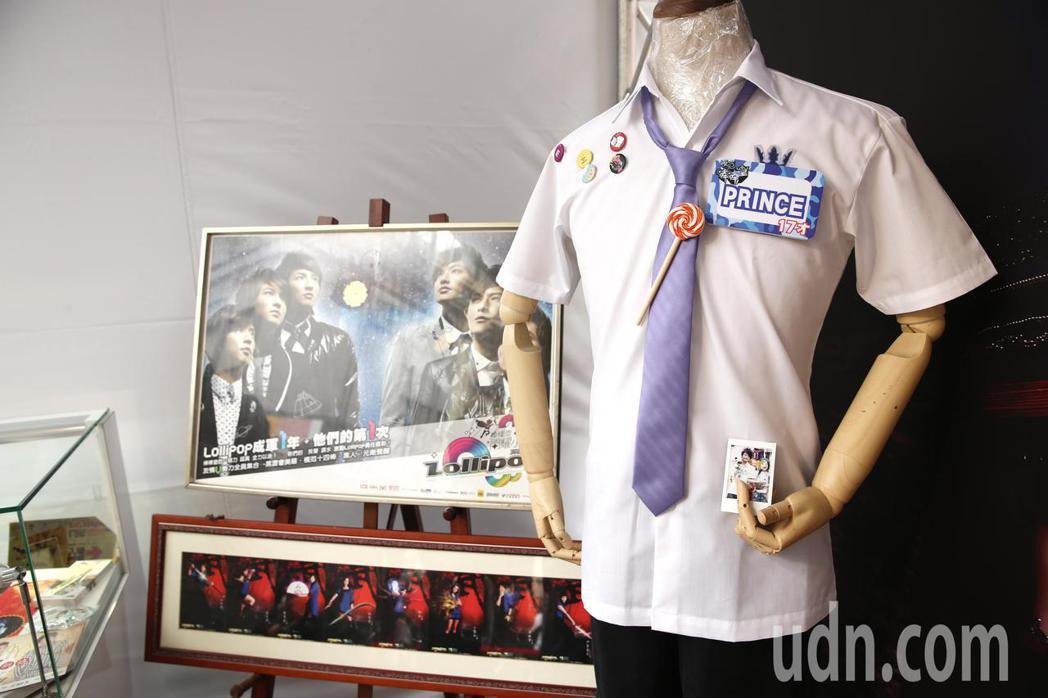 王子邱勝翊下午在台北西門町舉辦《Attention!》簽唱會,現場還有迷你展,蒐...