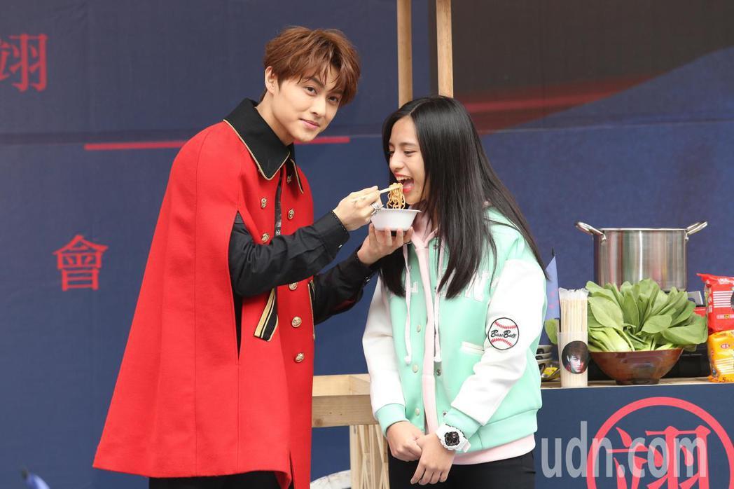 王子邱勝翊下午在台北西門町舉辦《Attention!》簽唱會,因為在戲劇中飾演面...