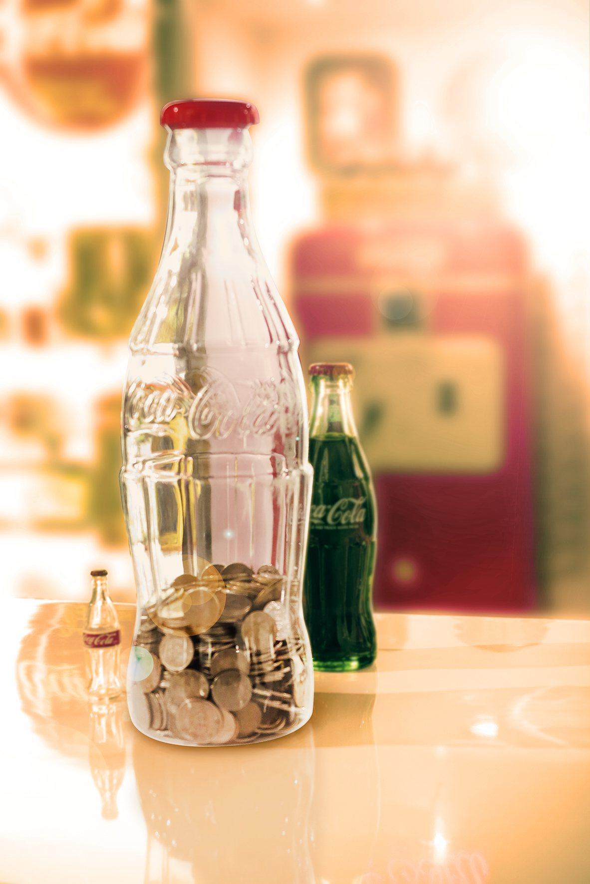 可口可樂曲線瓶造型存錢筒。圖/可口可樂提供