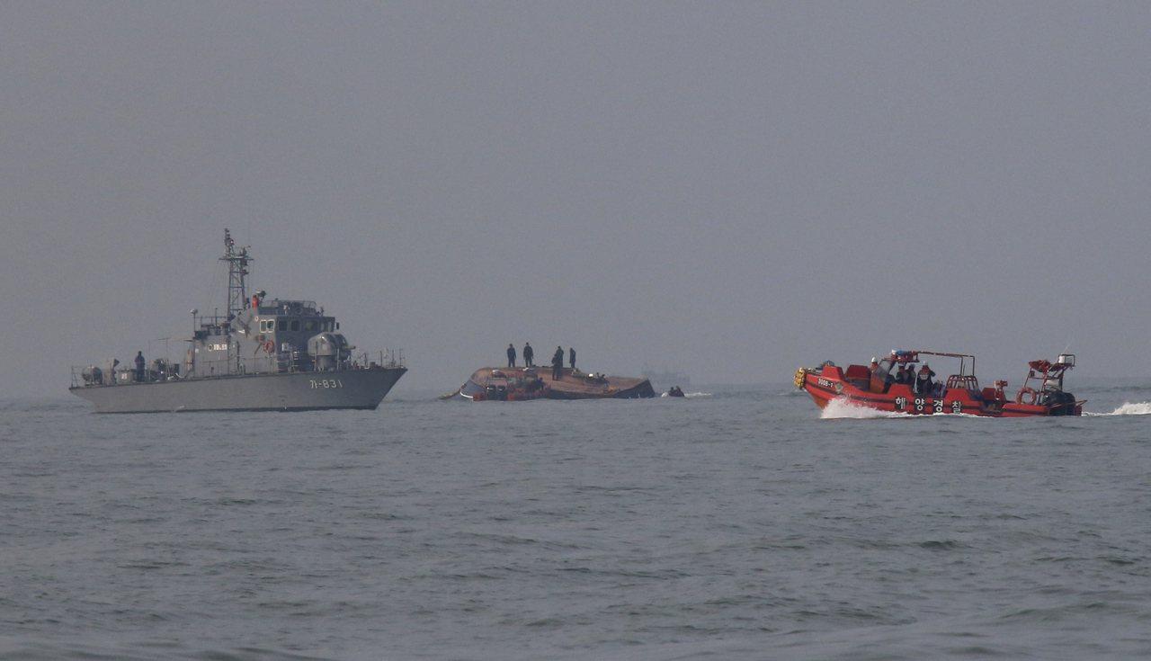 南韓一艘漁船(中)3日在西岸外海與油輪相撞後翻覆,造成13人死亡,海巡及海軍前往...