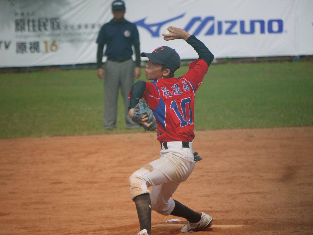 中正國小徐巳凱除了棒球外也練田徑,還是全縣跳遠金牌。記者吳敏欣/攝影