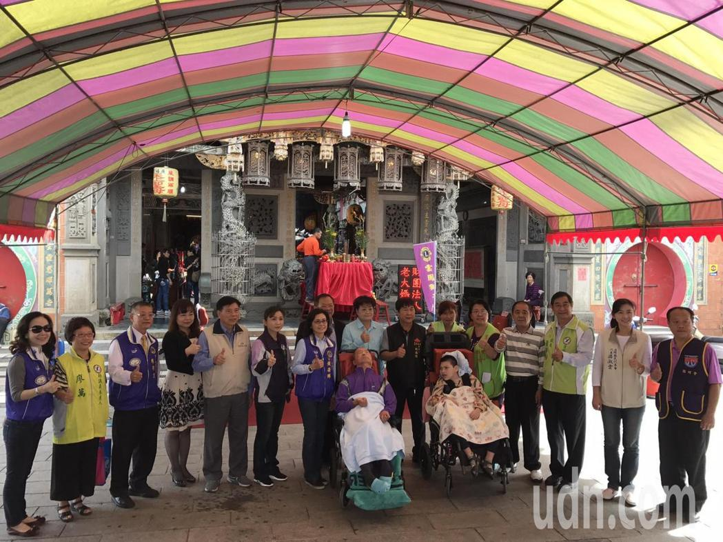 西螺善心人士發起捐贈高背式輪椅給創世基金會。記者蔡維斌/攝影