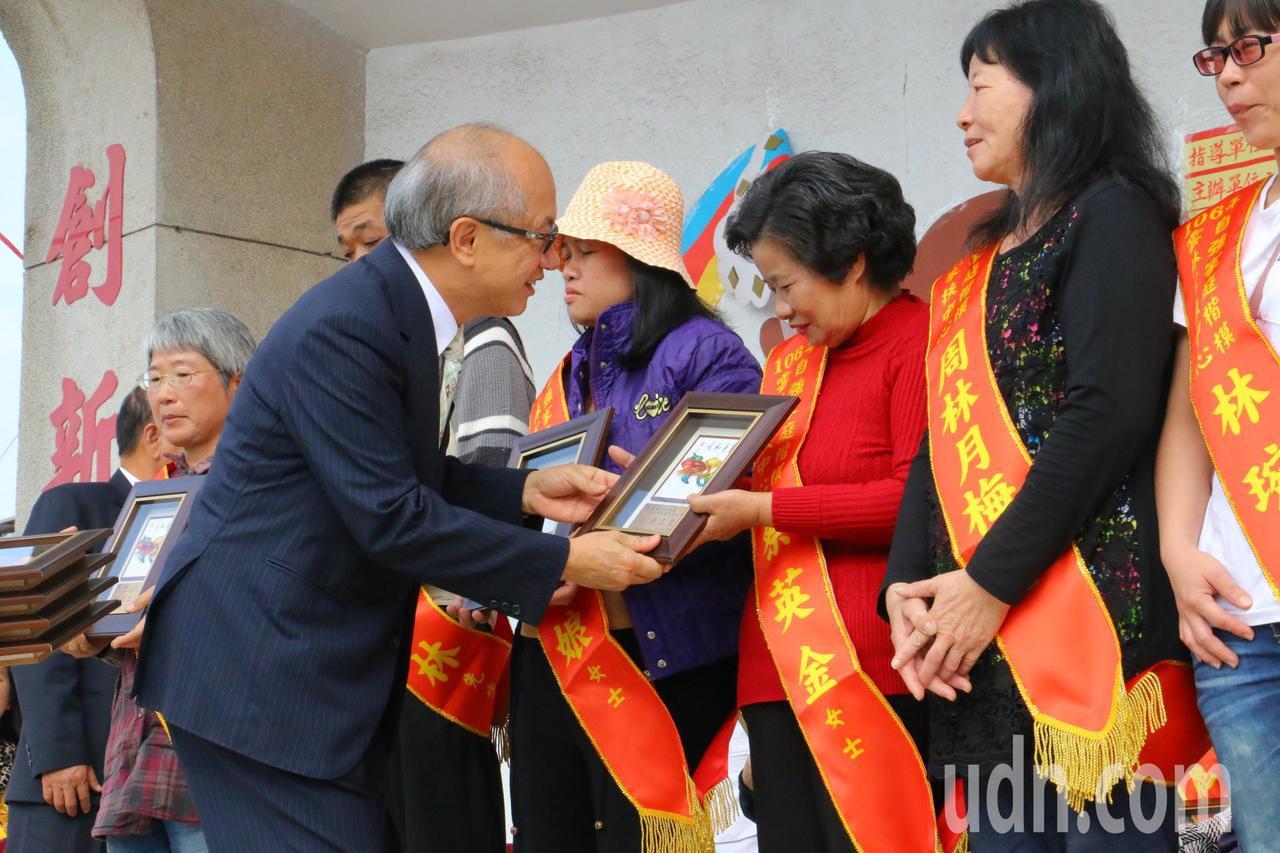 雲林家扶中心表揚自強家庭。記者蔡維斌/攝影