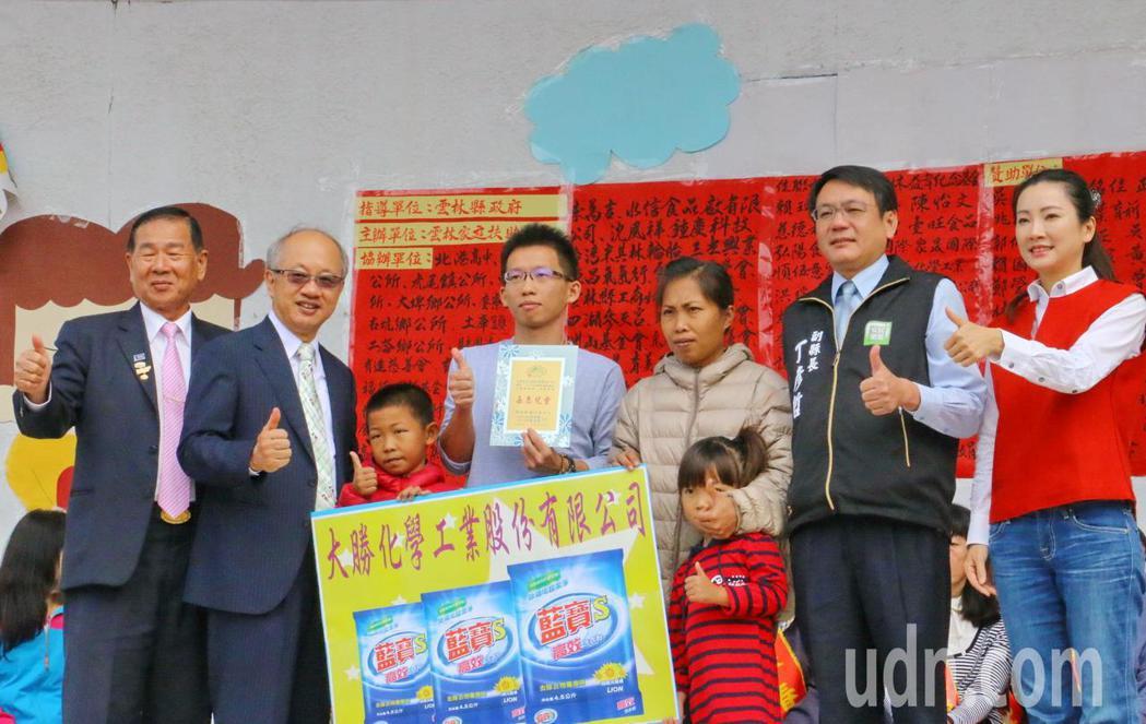 雲林家扶中心捐贈大批物資給弱勢家庭,讓大家過好年。記者蔡維斌/攝影