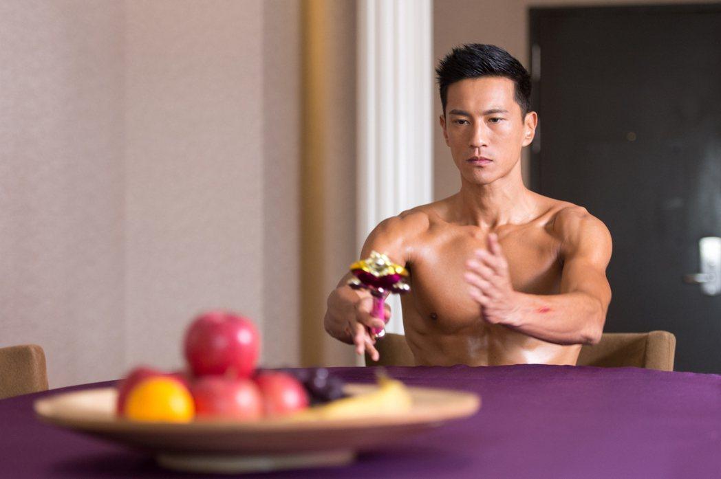 鍾承翰在「已讀不回的戀人」中祭出養眼肌肉。圖/三立提供
