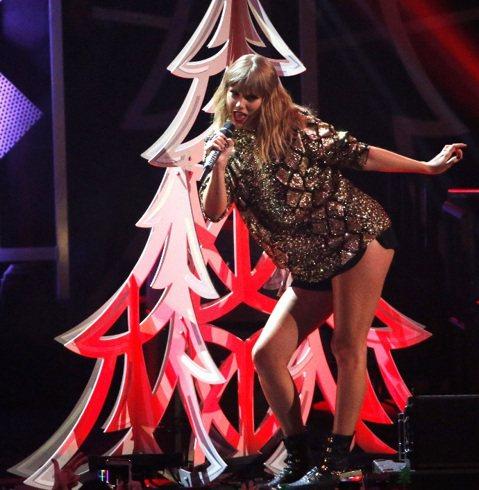 泰勒絲在上個月初推出新專輯「舉世盛名」,在全球創下銷售佳績,她1日晚上重登舞台,在洛杉磯的KIIS FM電台年終節目 「Jingle Ball」表演新歌,這次卻被穿著寬鬆衣服,身材明顯豐腴,熱褲底下...