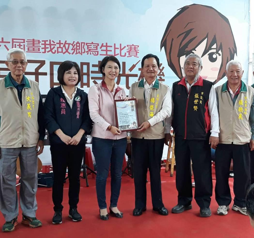 立委陳亭妃(左三)致贈感謝狀給白河福安宮。圖/陳亭妃服務處提供