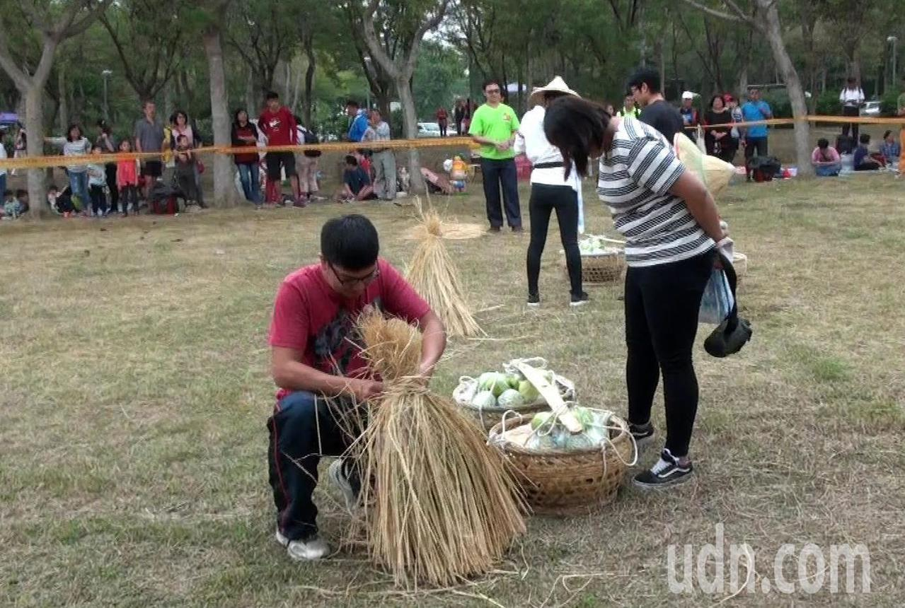 農村鐵人三項比捆稻草。記者王昭月/攝影