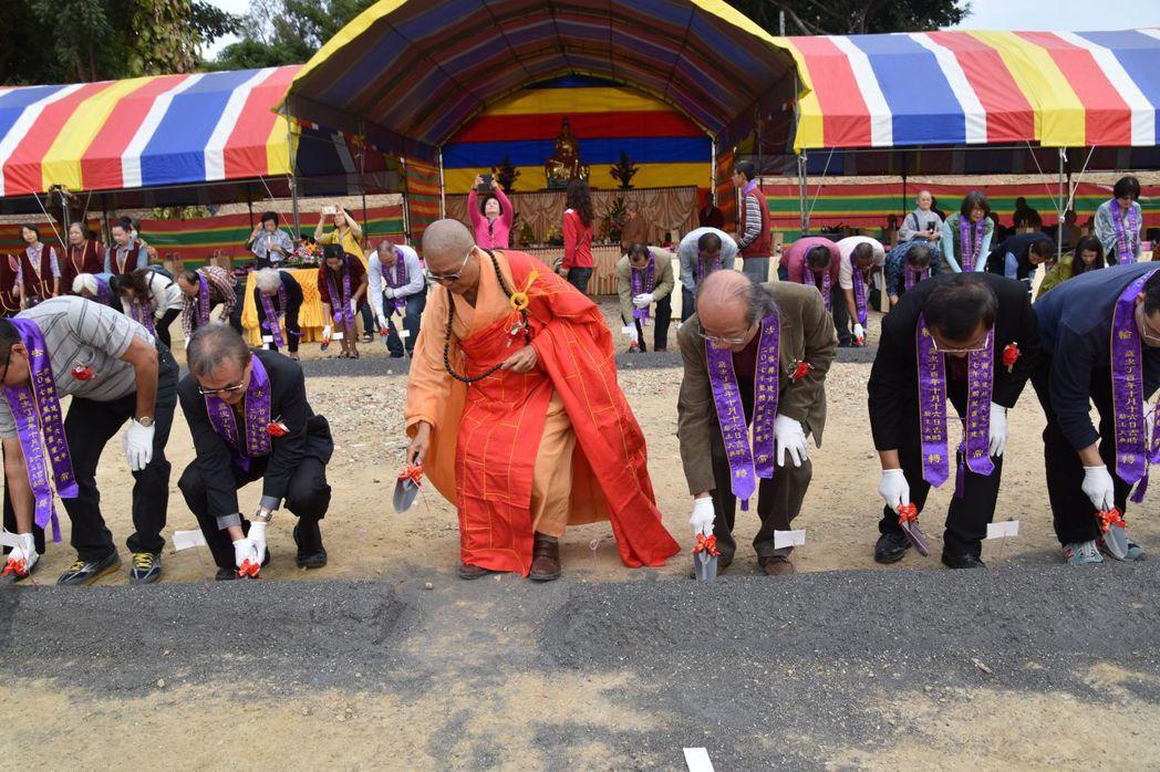 台南竹溪寺今天舉辦大殿動土典禮,請來352人一起動土。圖/廟方提供