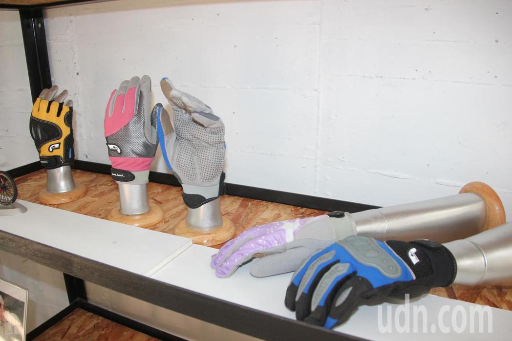 各式運動手套市場很大,台灣又以單車手套很夯。記者林宛諭/攝影