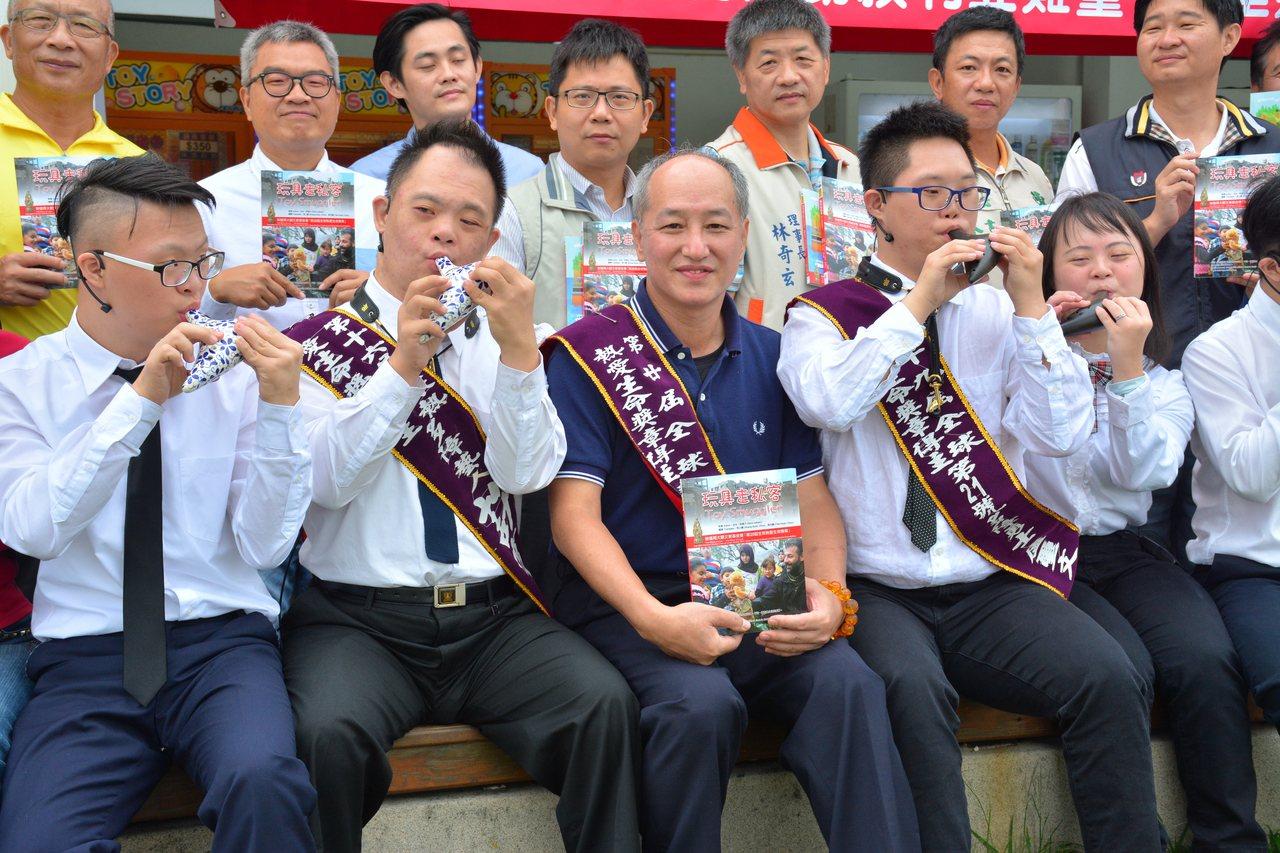 林啟通(中)放下生意14年,成立「唐寶寶大器樂團」,鼓勵孩子考街頭藝人擁有謀生能...