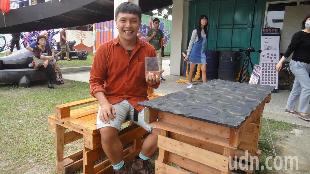 打造出「棧板椅」的秦育生獲得家具設計項目冠軍。記者蔣繼平/攝影