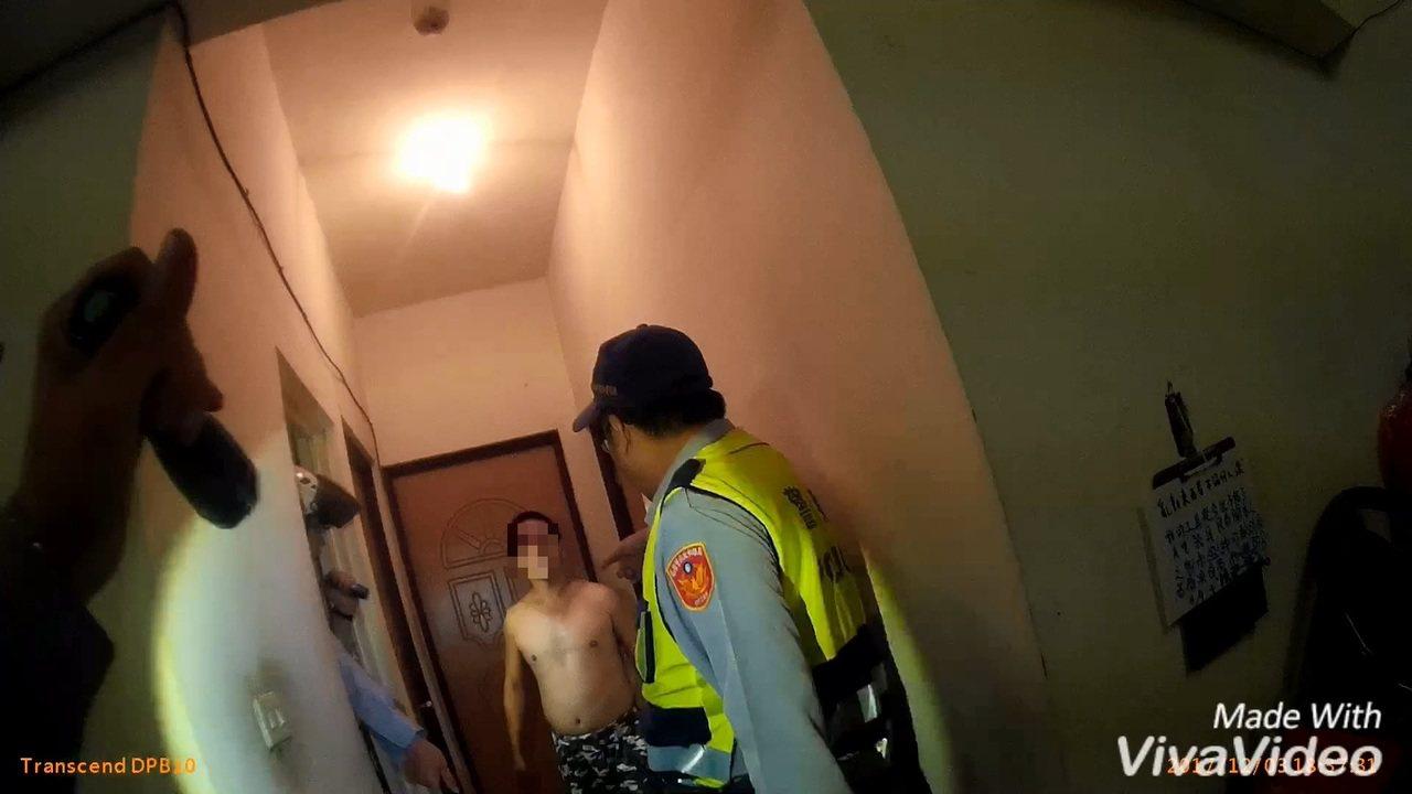 警消只在屋內找到上半身赤裸趙男(右二)。記者林伯驊/翻攝