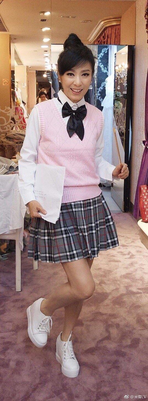 港星米雪穿上高校制服,宛如少女體態,讓網友驚呆。圖/摘自微博