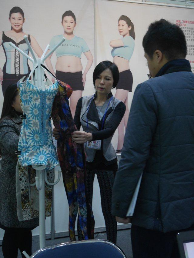 羅琳亞公司的「塑身衣改良結構」,穿上後可做瑜珈、運動,獲得大會首獎。圖/台灣發明...