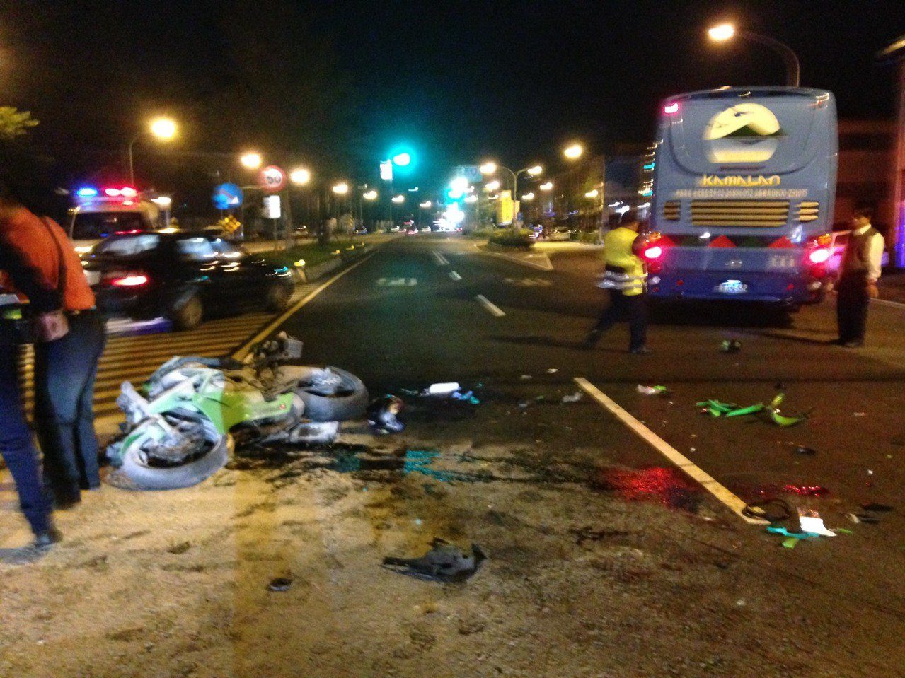 晚間10時許,宜蘭礁溪路三段與中山路一段路口,發生葛瑪蘭客運與重機機車對撞車禍,...