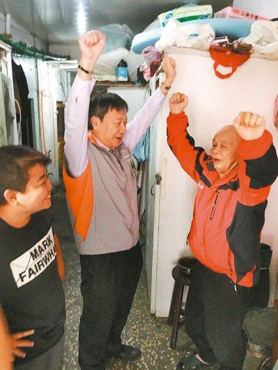 台北市立聯合醫院中興院區院長劉志光(左二)要老人舉起手,檢測身體狀況。 記者李承...