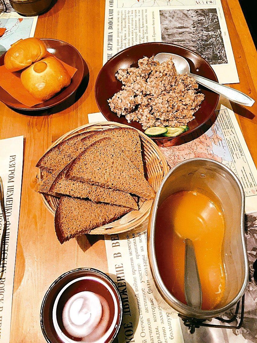 「中央武裝部隊博物館」的戰鬥餐,饒富趣味。 記者錢欽青/攝影