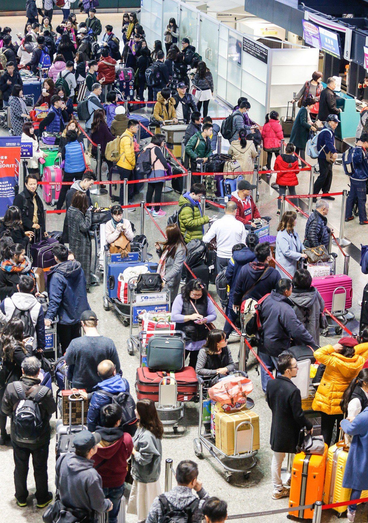 桃園機場出境大廳人潮。聯合報系資料照/記者鄭超文攝影