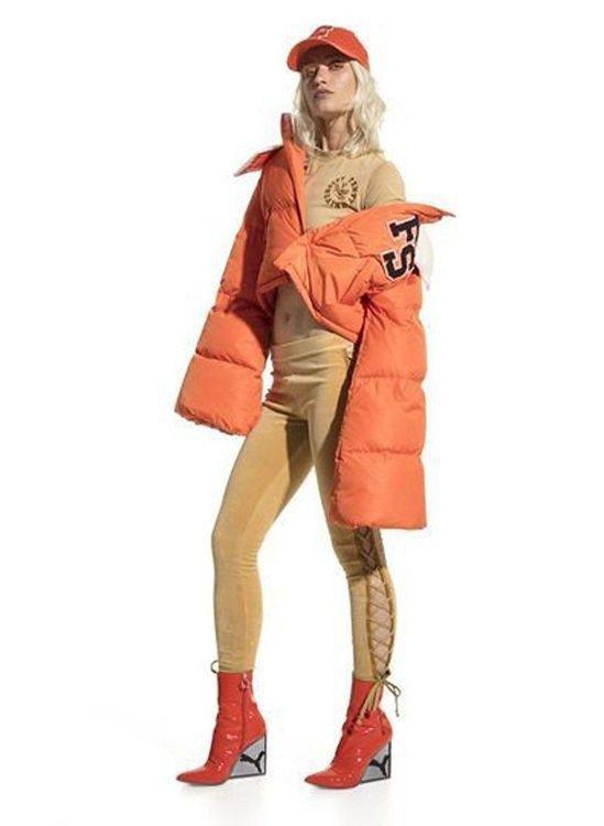 由蕾哈娜操刀的Fenty x Puma,也以亮黃色、亮橘色打造寬版設計感的羽絨外...