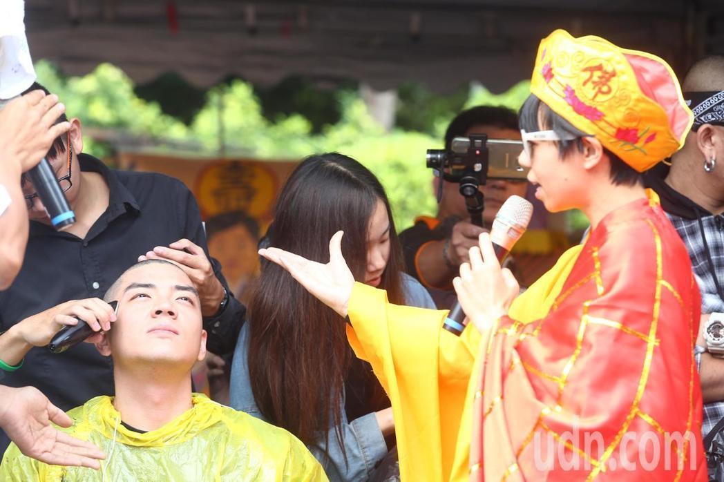 網友日前在行政院前舉辦「過勞大悲功德大法會-集誦勞基法經」活動,抗議一開始先剃頭...