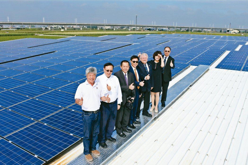 董事長蔡宗融(右一起)、立委蘇治芬、尼加拉瓜大使達比亞等一行人,登上開陽集團光電...