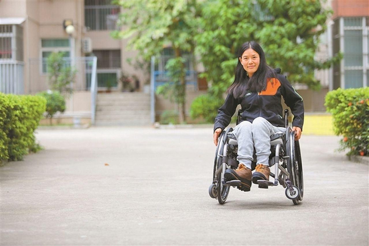 《七十七天》女主原型,坐輪椅看遍世界。取自深圳新聞網