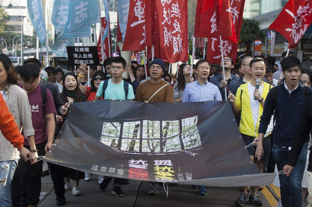 2000人遊行「反威權」 黃之鋒:心滿意足 歐新社