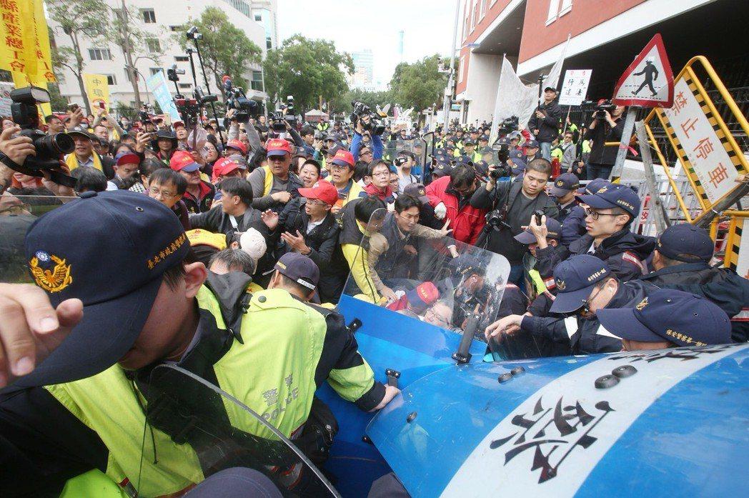 不滿勞動基準法修法,勞團今天號召上百人到立法院群賢樓前抗議要求停止修法,呼籲勞工...